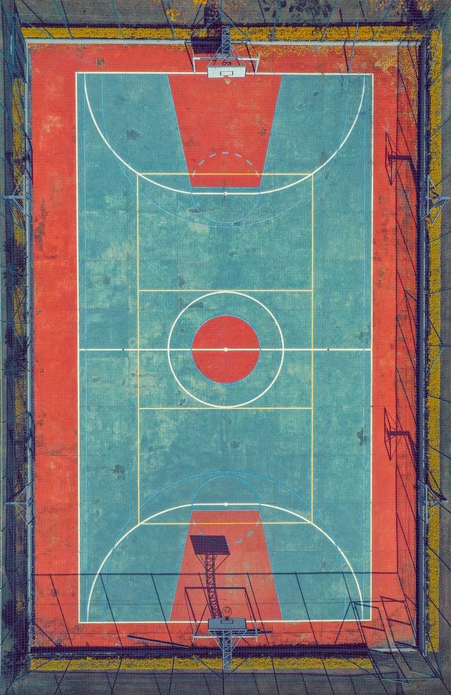 nowoczesne boisko z piłkochwytami